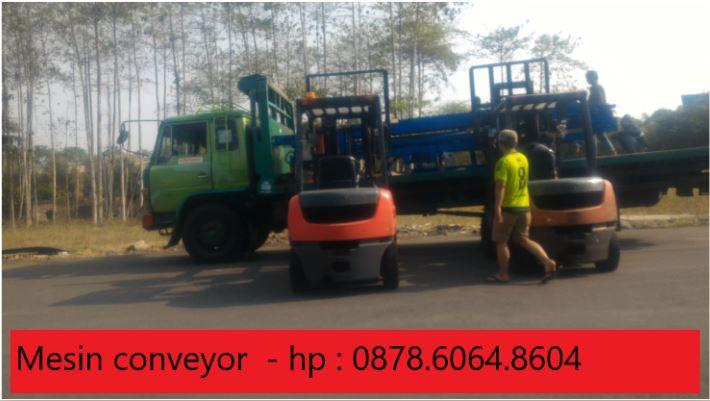 Mesin conveyor untuk mengangkut muatan ke atas container